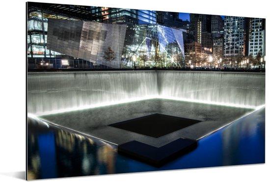 Verlichting in het September 11 Memorial in de avond Aluminium 60x40 cm - Foto print op Aluminium (metaal wanddecoratie)