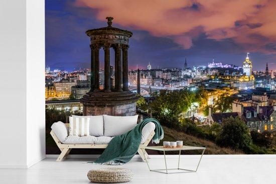 Fotobehang vinyl - Het Britse Edinburgh tijdens de nacht met een kleurrijke hemel breedte 540 cm x hoogte 360 cm - Foto print op behang (in 7 formaten beschikbaar)