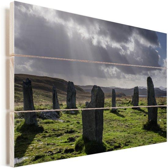Donkere wolken bij de Schotse Calanais Standing Stones Vurenhout met planken 60x40 cm - Foto print op Hout (Wanddecoratie)