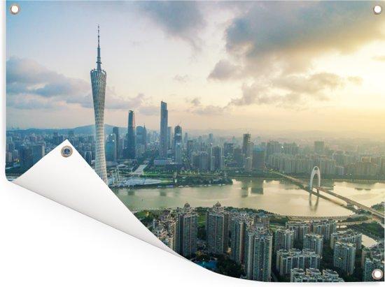 Zonnestralen boven de stad Guangzhou Tuinposter 80x60 cm - Tuindoek / Buitencanvas / Schilderijen voor buiten (tuin decoratie)