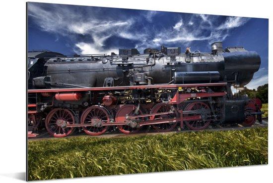 Stoomlocomotief in een veld Aluminium 120x80 cm - Foto print op Aluminium (metaal wanddecoratie)