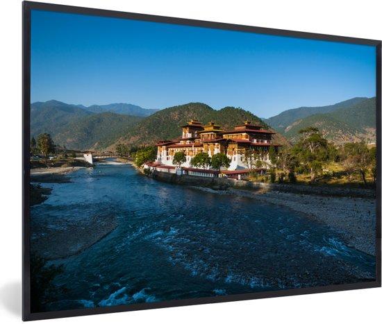Foto in lijst - Punakha Dzong naast een brede ondiepe rivier in Bhutan fotolijst zwart 60x40 cm - Poster in lijst (Wanddecoratie woonkamer / slaapkamer)