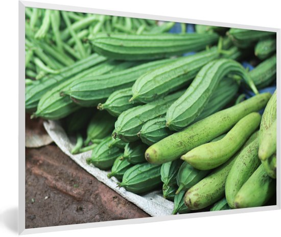 Foto in lijst - Gebogen sponskomkommers opgestapeld op een grijze ondergrond fotolijst wit 60x40 cm - Poster in lijst (Wanddecoratie woonkamer / slaapkamer)