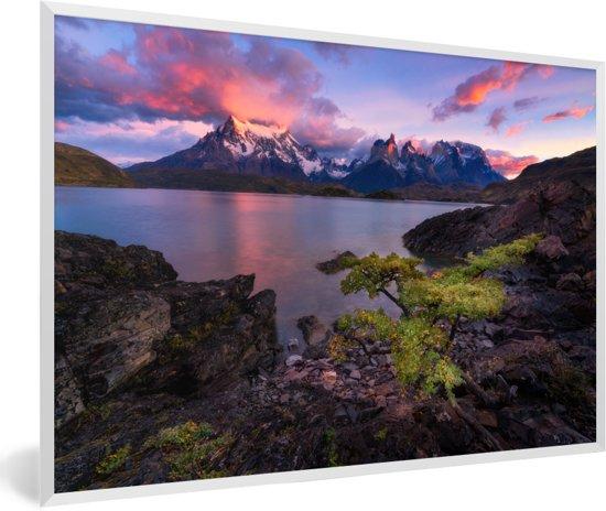 Foto in lijst - Kleurrijke zonsopgang bij het Pehoe meer in Chili fotolijst wit 60x40 cm - Poster in lijst (Wanddecoratie woonkamer / slaapkamer)