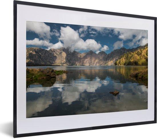 Foto in lijst - Reflectie van het berglandschap in het Nationaal Park Gunung Rinjani op Lombok fotolijst zwart met witte passe-partout klein 40x30 cm - Poster in lijst (Wanddecoratie woonkamer / slaapkamer)
