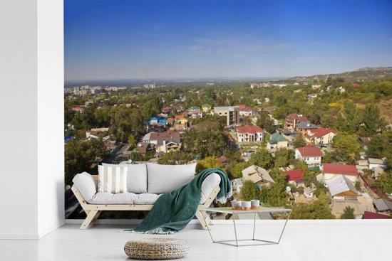 Fotobehang vinyl - Luchtfoto van de groene Almaty woonwijken in Kazachstan breedte 360 cm x hoogte 240 cm - Foto print op behang (in 7 formaten beschikbaar)