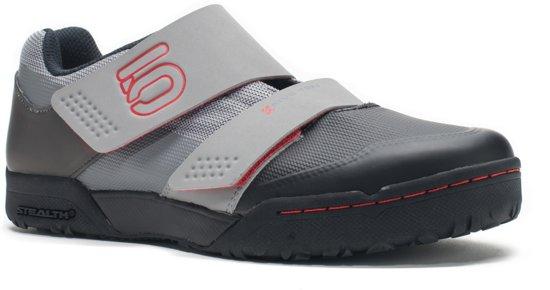 Cinq Chaussures Gris Avec Fermeture Velcro Pour Les Femmes BZI2H4uk