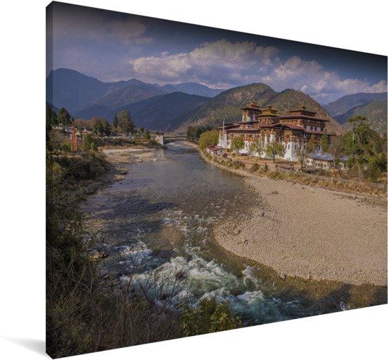 Het Punakha Dzong klooster in Bhutan met de rivier op de voorgrond Canvas 180x120 cm - Foto print op Canvas schilderij (Wanddecoratie woonkamer / slaapkamer) XXL / Groot formaat!