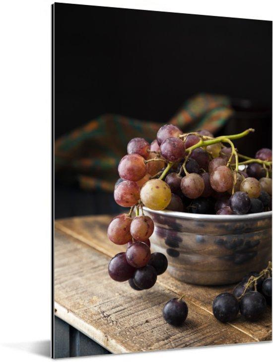 Artistieke foto van rode druiven in metalen kom Aluminium 80x120 cm - Foto print op Aluminium (metaal wanddecoratie)