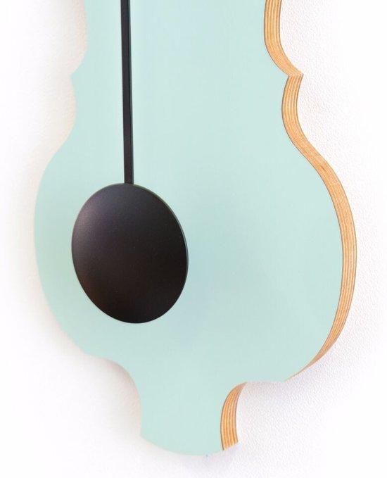 Kleine design wandklok met slinger in zacht groen & diep zwart