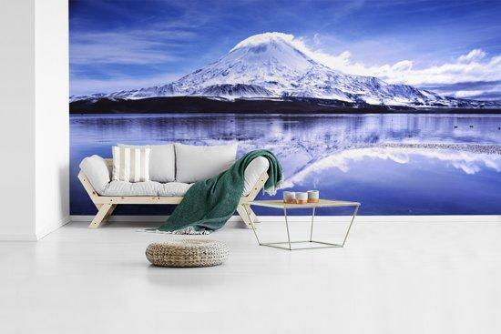 Fotobehang vinyl - Besneeuwde vulkaan in het Nationaal park Lauca in Chili breedte 520 cm x hoogte 260 cm - Foto print op behang (in 7 formaten beschikbaar)