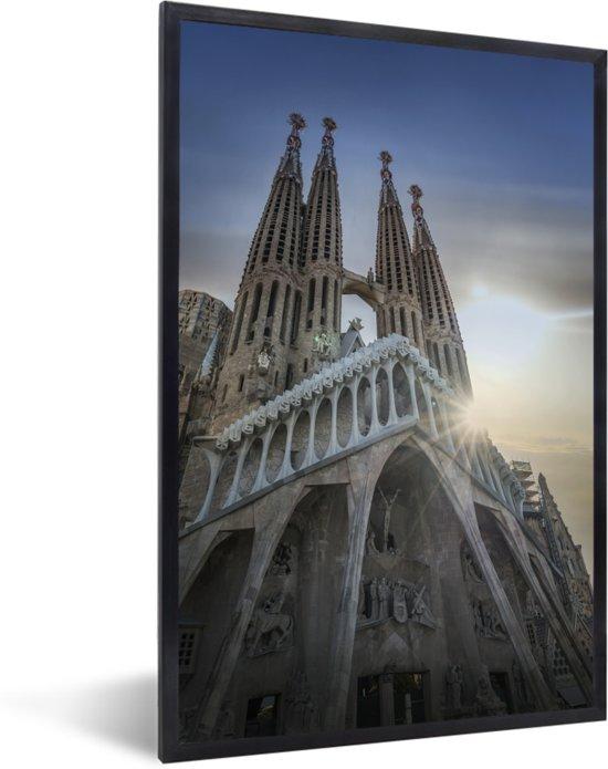Foto in lijst - Onderaanzicht van de kathedraal Sagrada Familia Spanje fotolijst zwart 40x60 cm - Poster in lijst (Wanddecoratie woonkamer / slaapkamer)