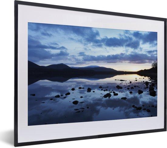 Foto in lijst - Lucht reflecteert in de wateren van het Nationaal park Cairngorms fotolijst zwart met witte passe-partout klein 40x30 cm - Poster in lijst (Wanddecoratie woonkamer / slaapkamer)