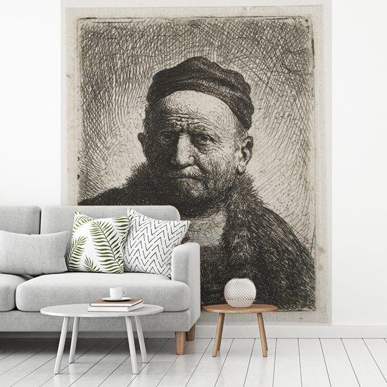Fotobehang vinyl - De man met kalotje - Schilderij van Rembrandt van Rijn breedte 225 cm x hoogte 280 cm - Foto print op behang (in 7 formaten beschikbaar)