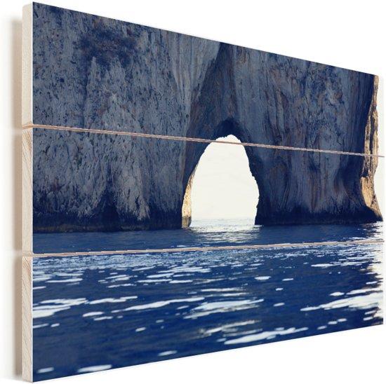 Natuurlijke boog in een rotsvorming in de zee van Capri Vurenhout met planken 90x60 cm - Foto print op Hout (Wanddecoratie)