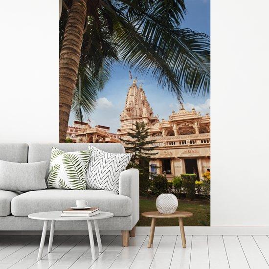 Fotobehang vinyl - De bekende Swaminarayan-tempel van Rajkot in India breedte 190 cm x hoogte 280 cm - Foto print op behang (in 7 formaten beschikbaar)