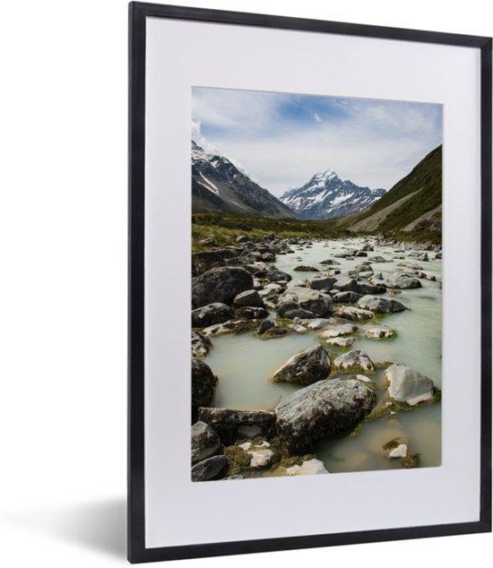 Foto in lijst - Rivieren in het Nationaal park Aoraki/Mount Cook op het Zuidereiland fotolijst zwart met witte passe-partout klein 30x40 cm - Poster in lijst (Wanddecoratie woonkamer / slaapkamer)