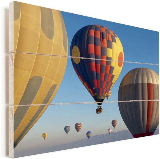 Hete luchtballonnen in een blauwe hemel Vurenhout met planken 90x60 cm - Foto print op Hout (Wanddecoratie)