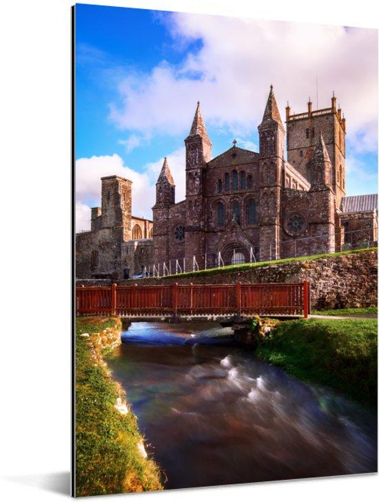 Rivier die langs de St David Kathedraal in Wales Aluminium 120x180 cm - Foto print op Aluminium (metaal wanddecoratie) XXL / Groot formaat!
