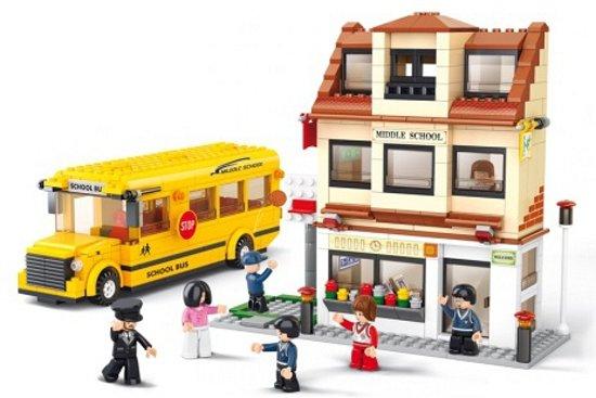 Sluban schoolbus en en basisschool