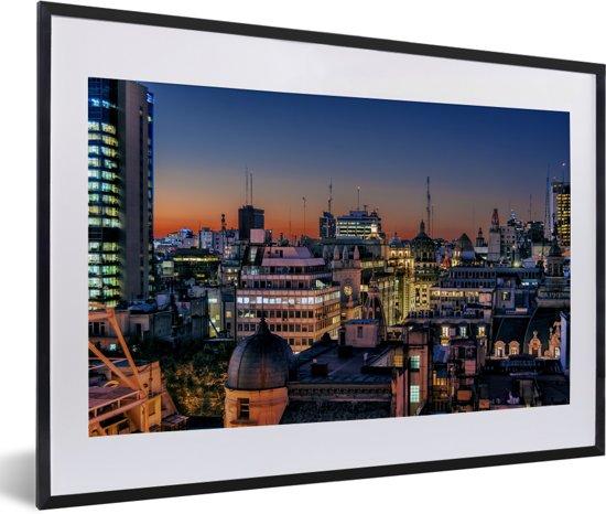 Foto in lijst - Het beroemde Buenos Aires tijdens de avond in Zuid-Amerika fotolijst zwart met witte passe-partout 60x40 cm - Poster in lijst (Wanddecoratie woonkamer / slaapkamer)