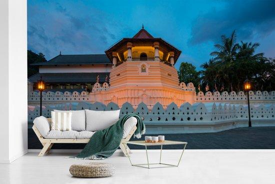 Fotobehang vinyl - De Sri Lankaanse en eeuwenoude Tempel van de Tand in het donker breedte 515 cm x hoogte 320 cm - Foto print op behang (in 7 formaten beschikbaar)