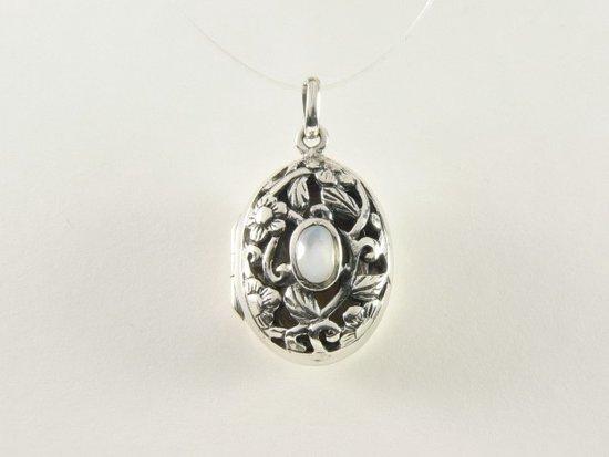 Opengewerkt zilveren medaillon met regenboog maansteen