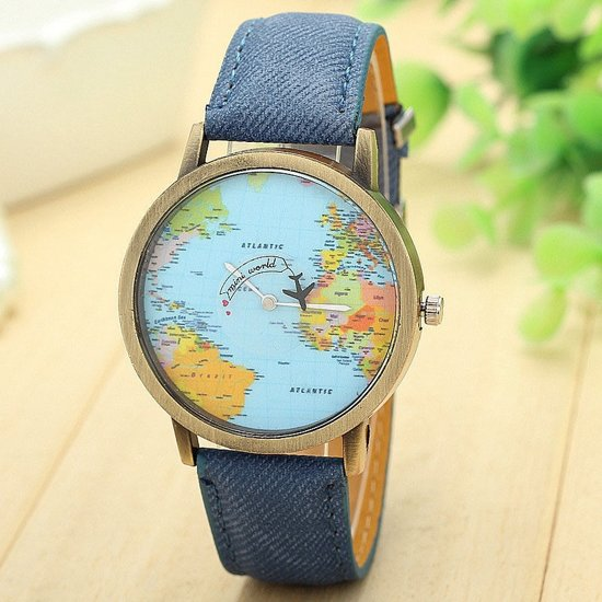 Horloge met wereldkaart en vliegtuig blauw