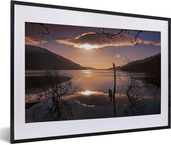 Foto in lijst - Kleurrijke zonsopgang over het Loch Lomond meer in Schotland fotolijst zwart met witte passe-partout 60x40 cm - Poster in lijst (Wanddecoratie woonkamer / slaapkamer)