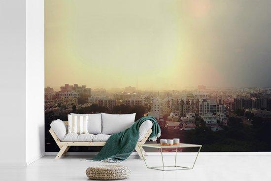 Fotobehang vinyl - Felle zonsondergang achter Ahmedabad in India breedte 450 cm x hoogte 300 cm - Foto print op behang (in 7 formaten beschikbaar)