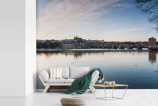 Fotobehang vinyl - Indrukwekkende reflectie van de lucht en de stad Praag in de Moldau breedte 345 cm x hoogte 250 cm - Foto print op behang (in 7 formaten beschikbaar)