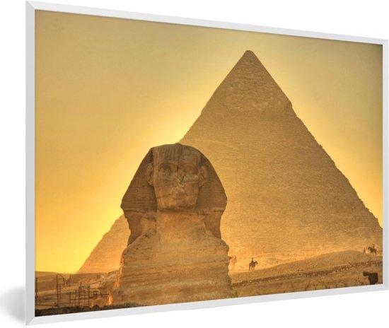 Foto in lijst - De Sfinx van Gizeh in het avondlicht in Egypte fotolijst wit 60x40 cm - Poster in lijst (Wanddecoratie woonkamer / slaapkamer)