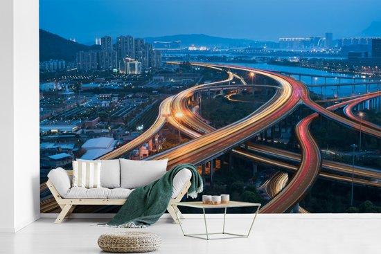 Fotobehang vinyl - Drukke snelwegen doorkruisen elkaar in de Chinese stad Fuzhou breedte 400 cm x hoogte 250 cm - Foto print op behang (in 7 formaten beschikbaar)