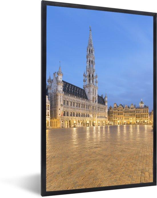 Foto in lijst - Foto van de Grote Markt van Brussel bij avondschemering fotolijst zwart 40x60 cm - Poster in lijst (Wanddecoratie woonkamer / slaapkamer)