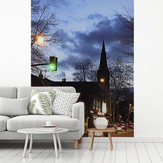 Fotobehang vinyl - Avond straatbeeld in het Engelse Sheffield breedte 225 cm x hoogte 300 cm - Foto print op behang (in 7 formaten beschikbaar)