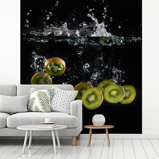 Fotobehang vinyl - Kiwi doorbreken wateroppervlakte breedte 275 cm x hoogte 300 cm - Foto print op behang (in 7 formaten beschikbaar)