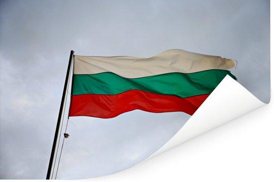Bulgaarse vlag in de wind met grijze wolken Poster 90x60 cm - Foto print op Poster (wanddecoratie woonkamer / slaapkamer)