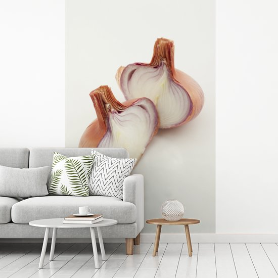Fotobehang vinyl - Twee halve sjalotten afgebeeld tegen een witte achtergrond breedte 260 cm x hoogte 400 cm - Foto print op behang (in 7 formaten beschikbaar)