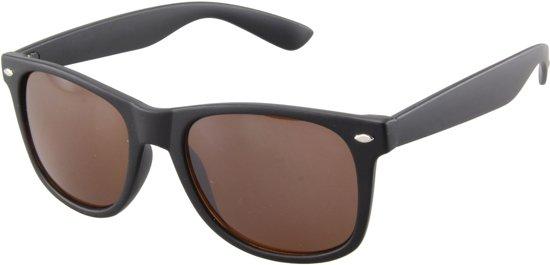 28a963fef24aff Zonnebril met zwart montuur en bruine glazen.