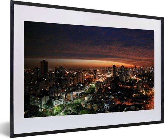 Foto in lijst - Avond skyline van Curitiba in Brazilië fotolijst zwart met witte passe-partout 60x40 cm - Poster in lijst (Wanddecoratie woonkamer / slaapkamer)