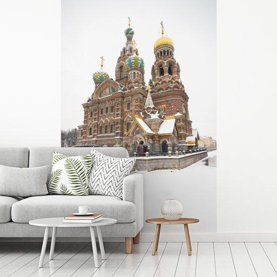 Fotobehang vinyl - Kerk van de Verlosser op het Bloed bij Rusland in het midden van de winter breedte 335 cm x hoogte 500 cm - Foto print op behang (in 7 formaten beschikbaar)