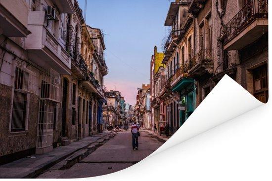 Vervallen straat in het centrale deel van Havana in Cuba Poster 180x120 cm - Foto print op Poster (wanddecoratie woonkamer / slaapkamer) XXL / Groot formaat!