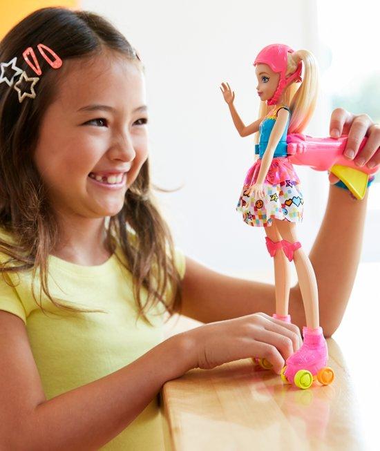 Barbie-pop met lichtgevende rolschaatsen