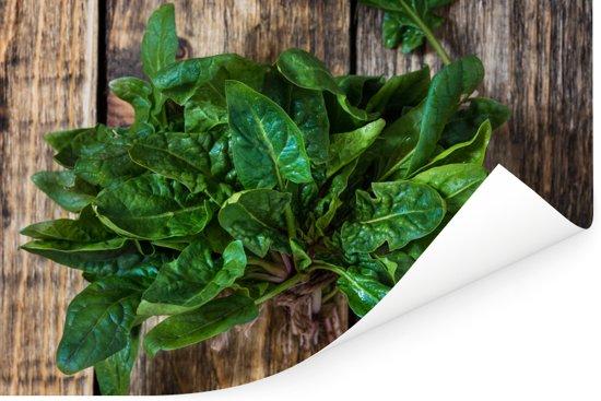Verse organische spinazie op een houten achtergrond Poster 90x60 cm - Foto print op Poster (wanddecoratie woonkamer / slaapkamer)
