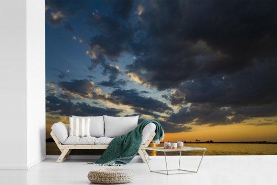 Fotobehang vinyl - Zonsopkomst in het Nationaal park Chobe breedte 525 cm x hoogte 350 cm - Foto print op behang (in 7 formaten beschikbaar)