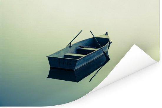 Een eenzame boot op het blauwe water Poster 60x40 cm - Foto print op Poster (wanddecoratie woonkamer / slaapkamer)