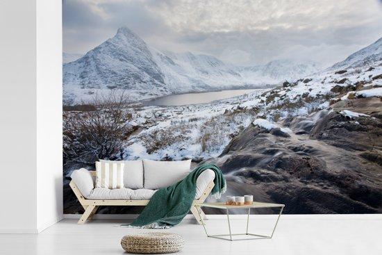 Fotobehang vinyl - Sneeuw bedekte bergen in het Nationaal park Snowdonia breedte 360 cm x hoogte 240 cm - Foto print op behang (in 7 formaten beschikbaar)