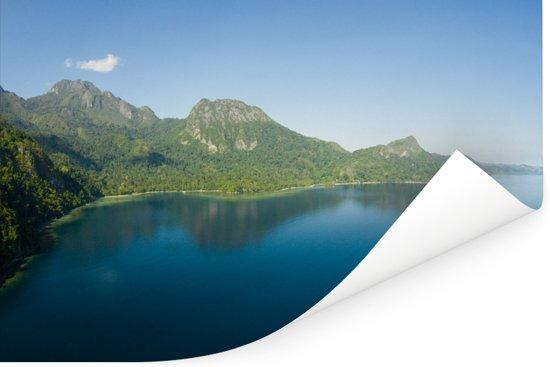Berglandschap begroeit met bomen in het Nationaal park Manusela in Indonesië Poster 120x80 cm - Foto print op Poster (wanddecoratie woonkamer / slaapkamer)