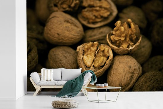 Fotobehang vinyl - Opengebroken walnoten in donkere omgeving breedte 390 cm x hoogte 260 cm - Foto print op behang (in 7 formaten beschikbaar)