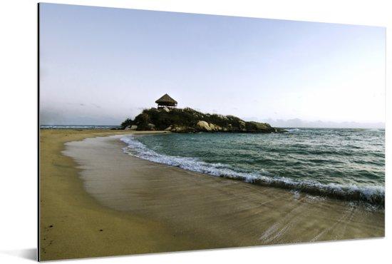 Rustig Caraïbisch strand in de ochtend bij Santa Marta in Colombia Aluminium 90x60 cm - Foto print op Aluminium (metaal wanddecoratie)